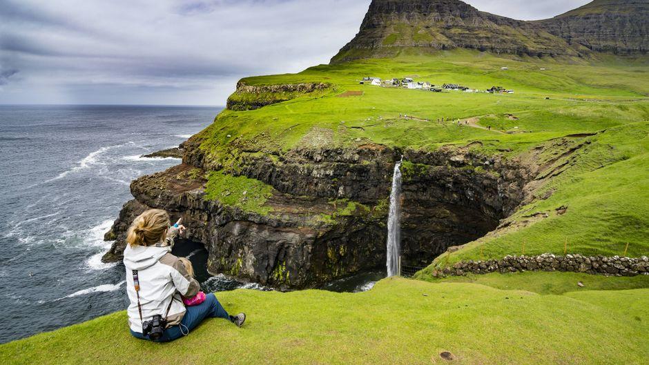 Der Múlafossur-Wasserfall auf den Faröern.