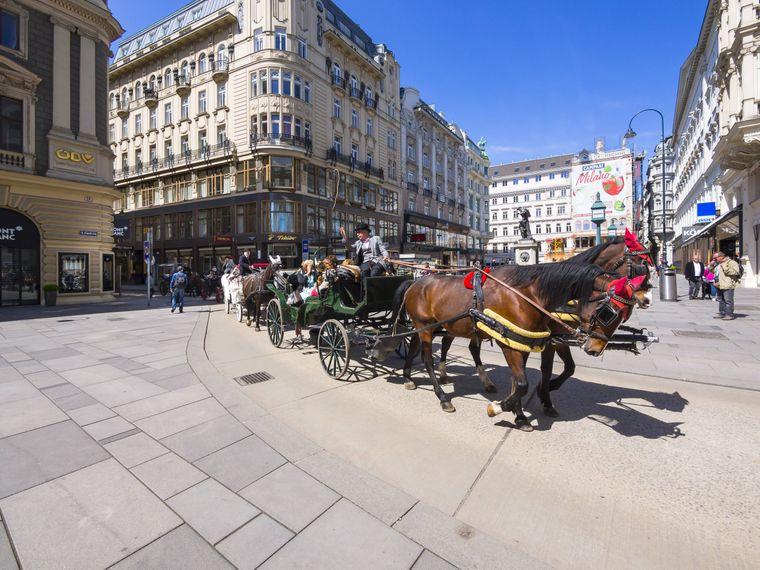 Eine Pferdekutsche auf dem Petersplatz in Wien.