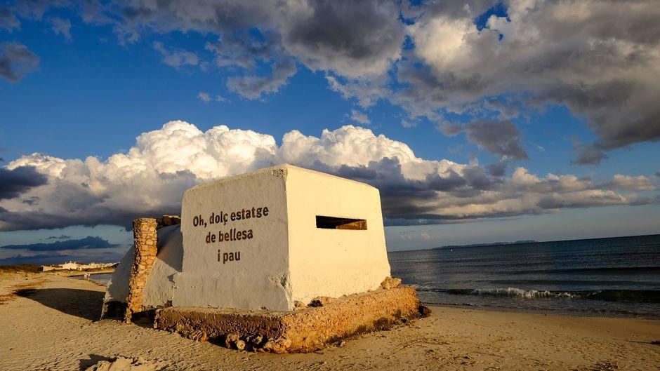 """Der Spanische Bürgerkrieg ist zum Glück lange her. Auf diesem Bunker steht übersetzt so viel wie """"Oh, süßes Haus der Schönheit und des Friedens""""."""