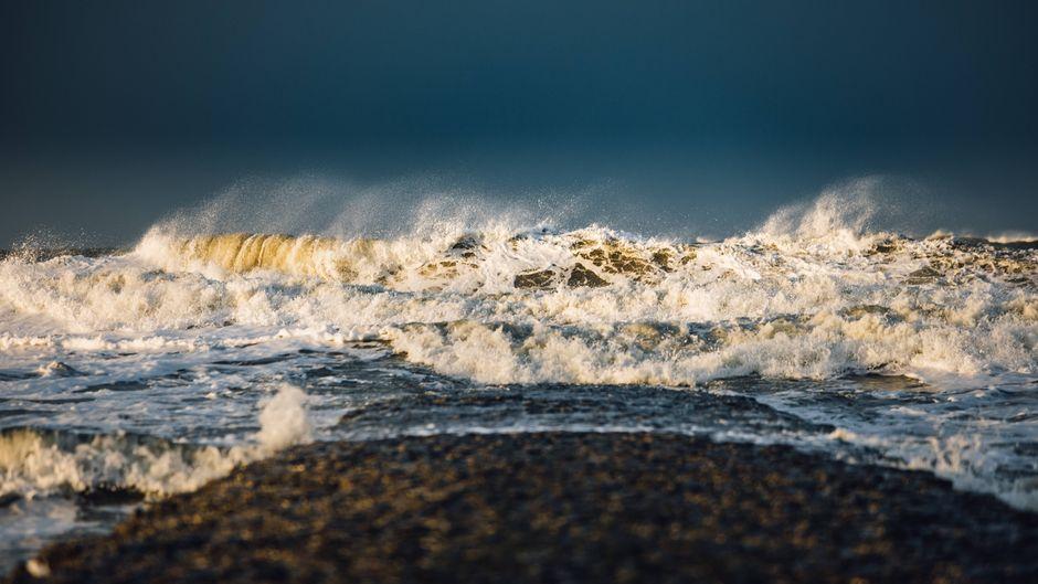Ein kräftiger Sturm auf Norderney türmt schon mal meterhohe Wellen auf.