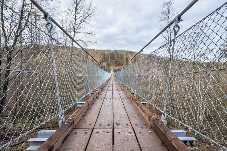 180 Meter führt die Hängeseilbrücke über das Bärental in Thüringen.