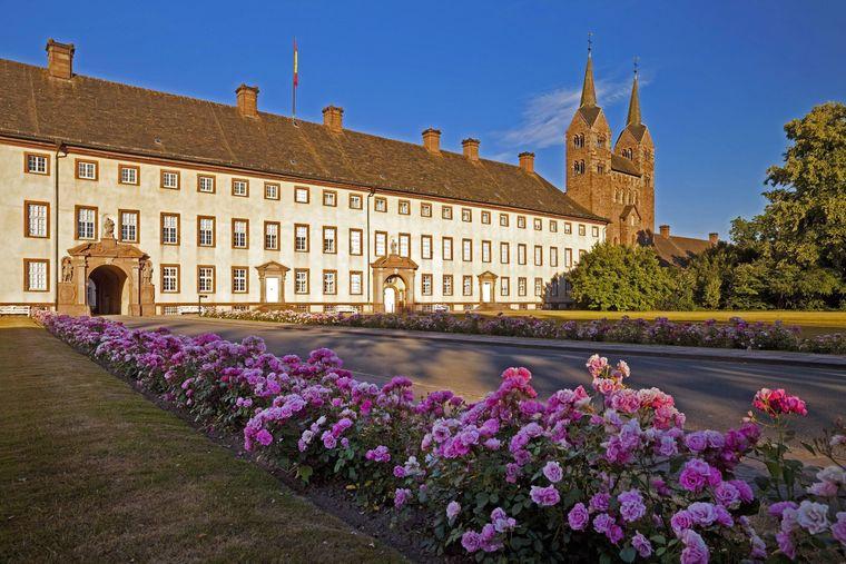 Der Westflügel des Schlosses Corvey in Nordrhein-Westfalen.