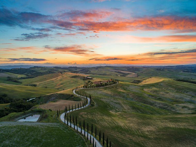 Sonnenaufgang über der Gemeinde San Quirico d'Orcia in der Toskana in der Provinz Siena.