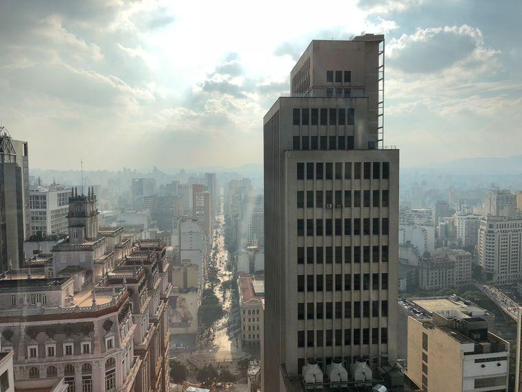 Der Blick aus dem 26. Stock des Farol-Santander-Gebäudes: wildes Treiben auf den Straßen von São Paulo.