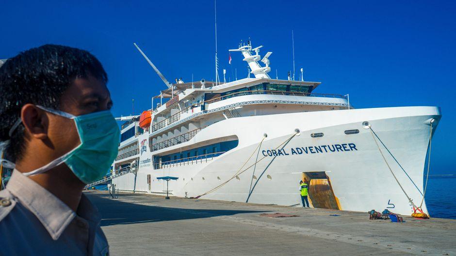 """Das Kreuzfahrtschiff """"Coral Adventure"""" liegt am Hafen Soekarno-Hatta in Indonesien."""