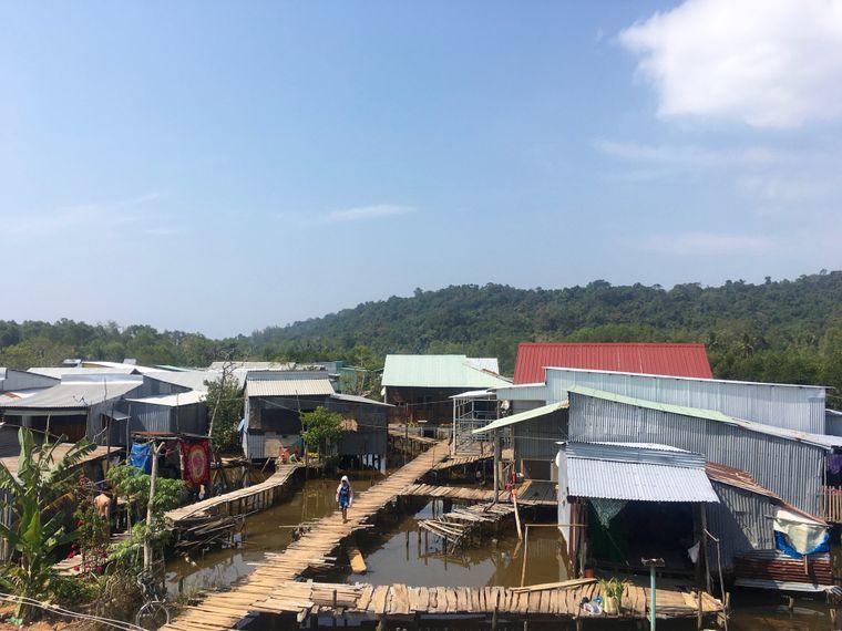Auf dem Weg vom Vung Bau Beach zum Ong Lang Beach passiert man ein kleines Dorf auf Stelzen.