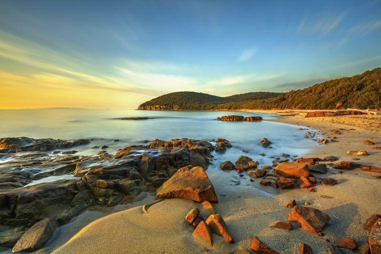 Am Strand von Cala Violina können Badeurlauberinnen und Badeurlauber das ruhige Wasser genießen.