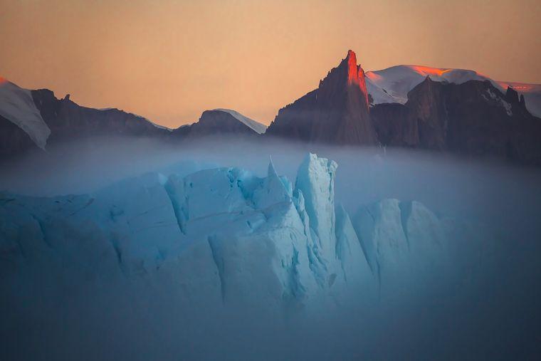 Nebel über einem Eisberg – das Foto ist Teil der Gewinnerserie von Vladimir Alekseev.