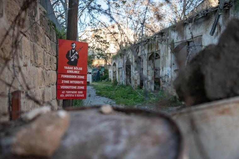 Das Betreten der militärischen Sperrzone ist streng verboten, darauf weisen immer wieder Schilder hin.