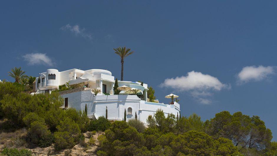 Ungewöhnliches Jobangebot: Eine Familie auf Ibiza sucht ein Paar, das in ihre Luxusvilla einzieht.