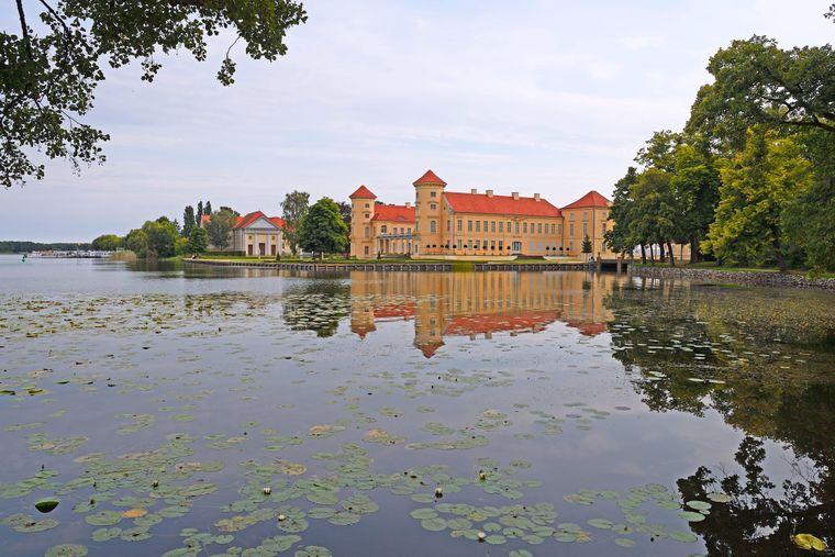 Vom Wasser aus ist das Schloss Rheinsberg besonders schön.