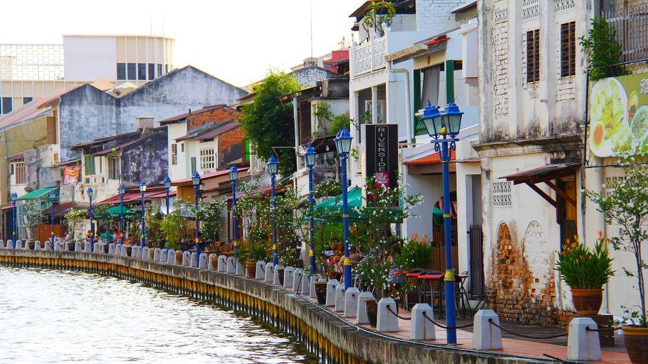 Bars, kleine Geschäfte und Cafés: Die Ufer-Promenade von Malacca bietet alles, was das Jetlag-Herz begehrt.