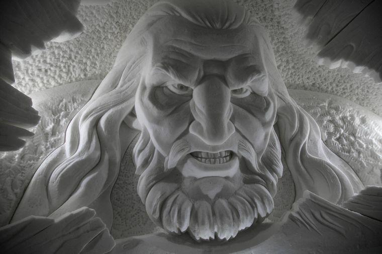 """Schneeskulptur des Riesenhäuptlings Wun Wun aus der Serie """"Game of Thrones"""" im """"SnowVillage"""" in Finnland."""