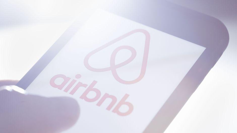Das Logo von Airbnb wird auf einem Smartphone angezeigt.