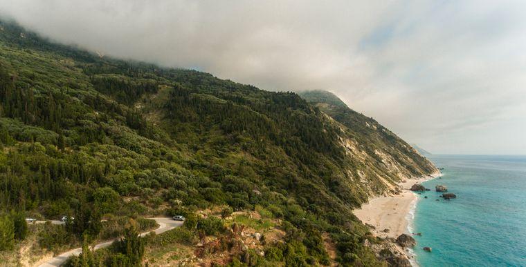 Küste und Hügel auf der Insel Lefkada (Lefkas) im Ionischen Meer, Griechenland.