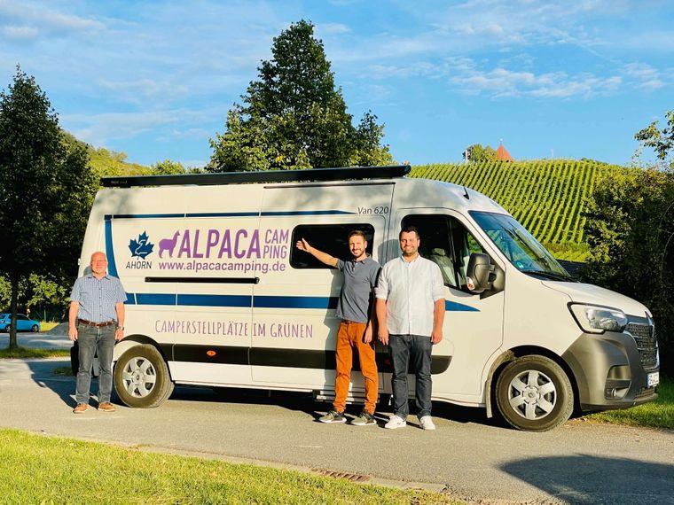 Bürgermeister Manfred Schötz (von links) mit Simon Illner und Christopher Feuerlein von AlpacaCamping.