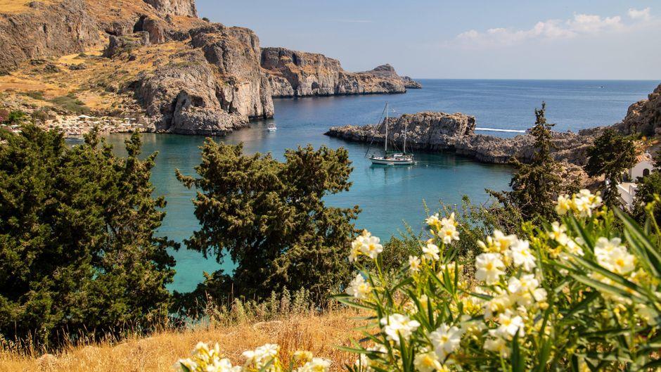 Die Saint Pauls Bay und die Akropolis von Lindos – ein echter Hingucker.