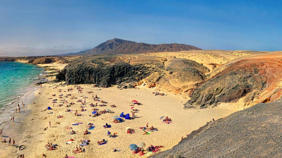 Sandstrand mit türkisfarbenen Wasser auf Lanzarote.