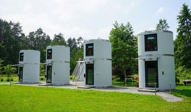 Die fünf Doppelzimmer befinden sich in zweistöckigen Röhren, die das ganze Jahr genutzt werden können.