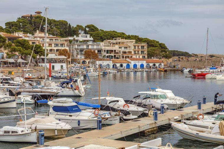 Am Hafen im Zentrum von Cala Ratjada kannst du die schaukelnden Schiffe bewundern oder sogar selbst eine Ausflugsfahrt an der Küste Mallorcas unternehmen.