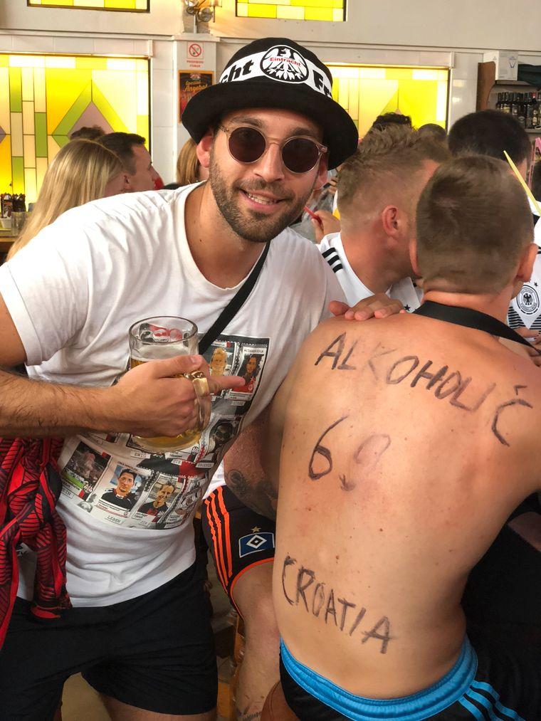 Sauf-Touris in Fußball-Laune – inklusive auf den Rücken gemalte Trikot-Beschriftung.