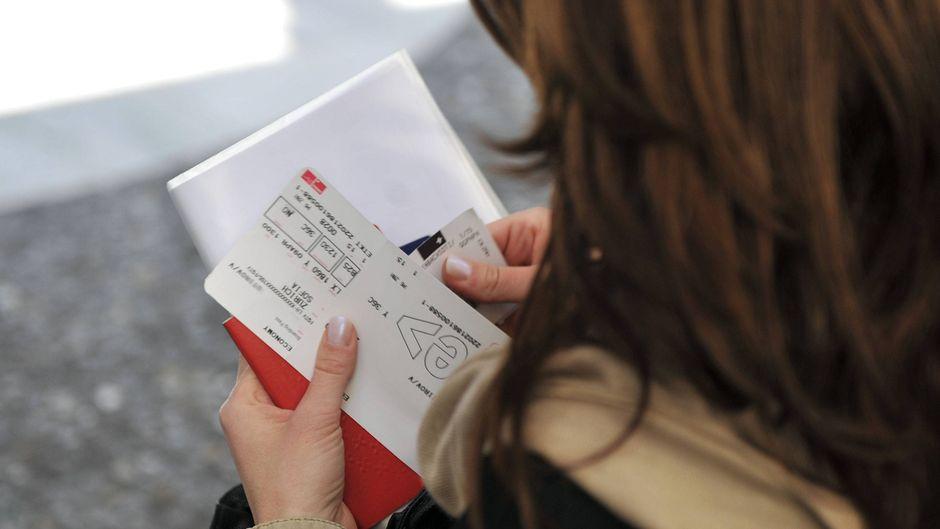 Eine Frau ordnet ihre Reisedokumente.