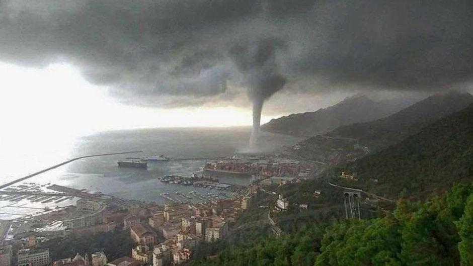 Sieht aus wie im Kino, doch diese Windhose traf den italienischen Ferienort Salerno am Dienstag tatsächlich und sorgte dort für Verwüstung.