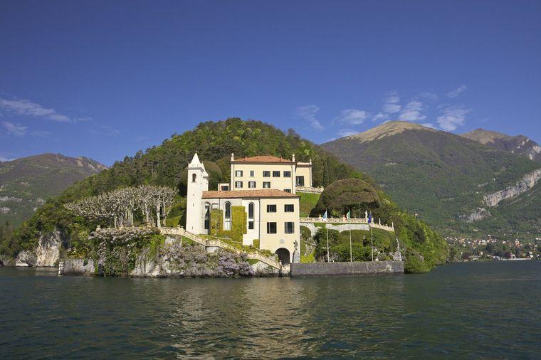 Padmés und Anakins geheime Hochzeit findet in der Villa del Valbianello am Comer See statt (Episode II). Zuvor küssen sich die beiden bereits auf der Terrasse mit Blick auf den See.