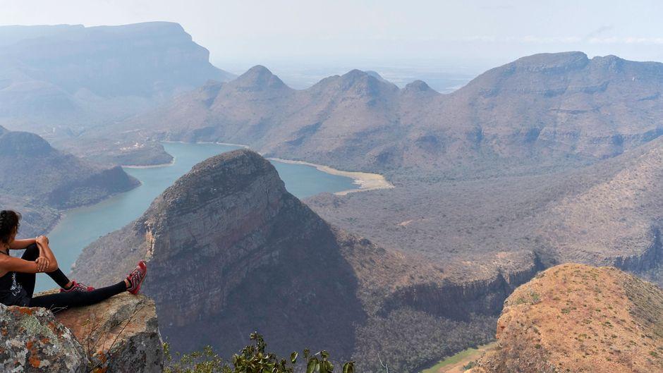 Eine Frau blickt über den atemberaubenden Blyde River Canyon in Südafrika.