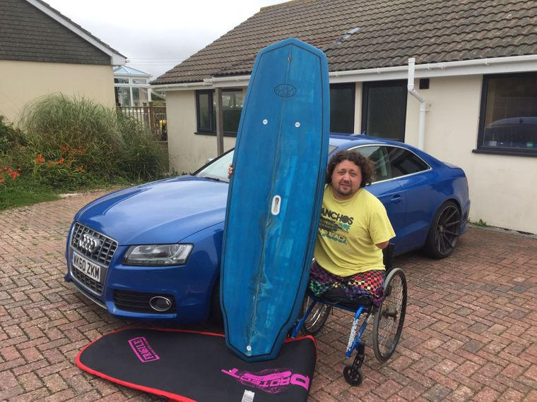 Martins Fortbewegungsmittel: Auto, Rollstuhl und am wichtigsten: das Surfbrett.