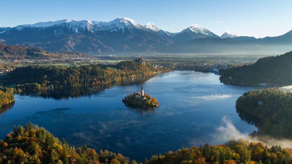 Hingucker ist der Bleder See – im Hintergrund die Julischen Alpen.
