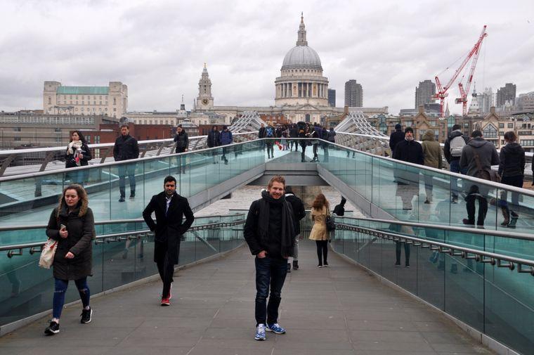 Die Fußgängerbrücke führt über die Themse. Im Hintergrund ist die St Paul's Cathedrall zu erkennen.