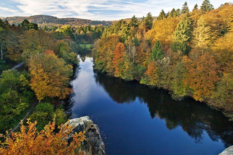Blick von den Externsteinen auf den Wiembecketeich im Herbst.