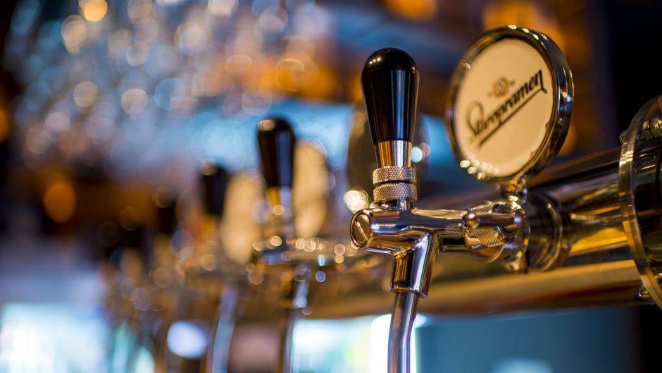 Zapfhahn mit verschiedenen Bieren vom Fass in einer Bar.