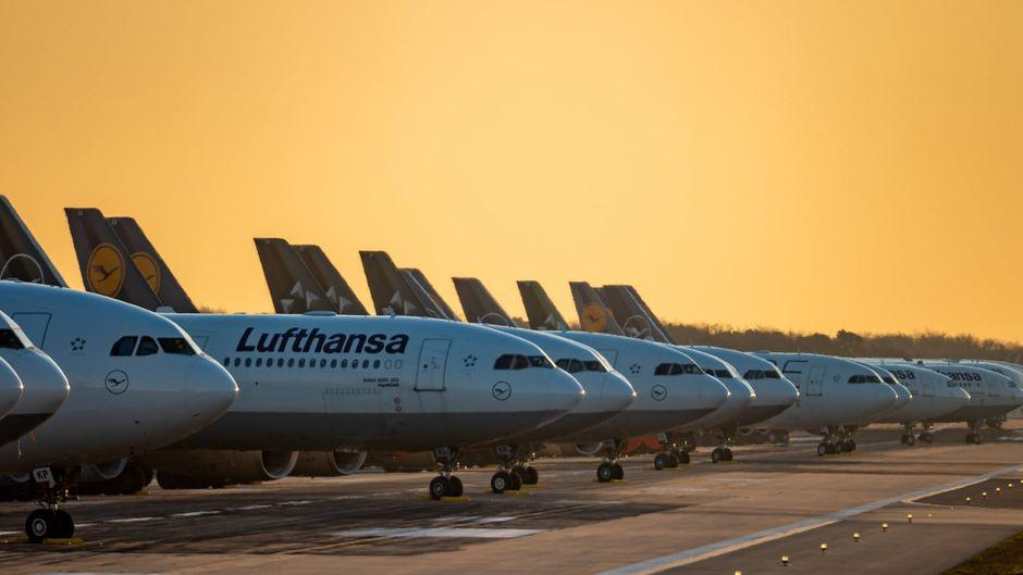 Die deutsche Airline Lufthansa parkt ihre Maschinen aktuell auf der Nordwest-Landebahn des Frankfurter Flughafens.