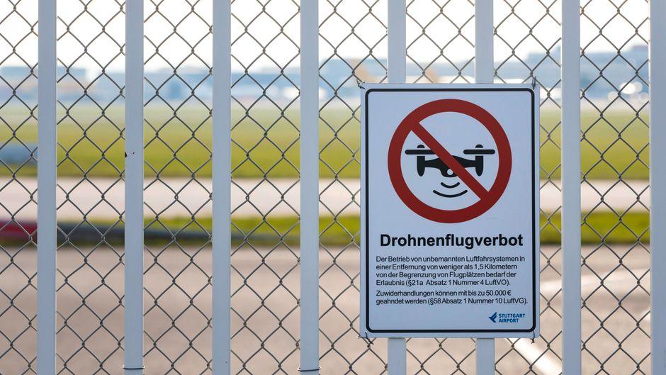 Einen Drohnen-Verbotsschild am Flughafen Stuttgart.