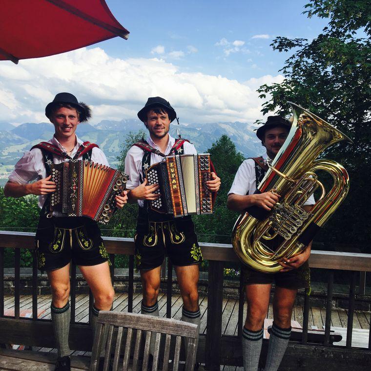 Zum Alpenurlaub gehört zünftige Musik, so wie sie diese Dreierkombo beherrscht.