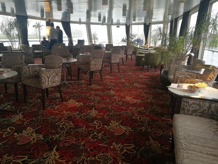 Die Lounge auf dem Kreuzfahrtschiff-Altersheim.