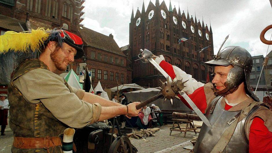 Zwei gegnerische Landsknechte kämpfen vor dem Stralsunder Rathaus bei den Wallensteintagen.