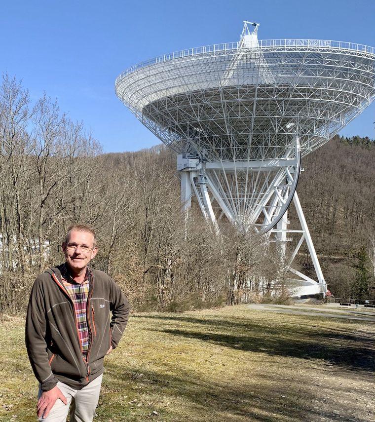 Michael Holthuysen, hier vor dem Radioteleskop Effelsberg, erkundet als Eifel-Explorer, also Eifel-Entdecker, seine Heimat – die Eifel.