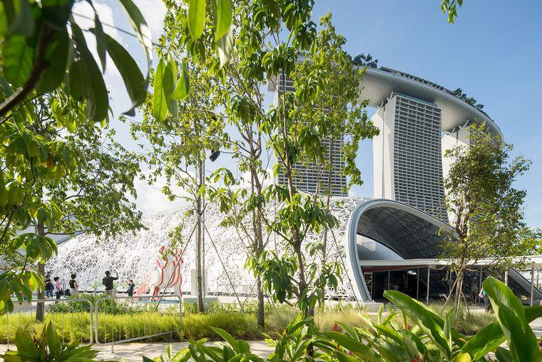 Der beeindruckende Bayfront Pavillon simuliert einen tropischen Wald, der zum Flanieren einlädt.