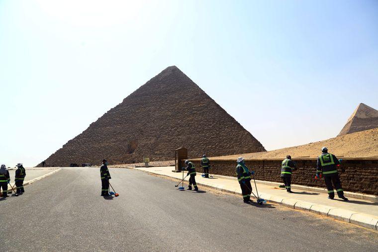Statt von Touristen überrannt zu werden, werden die Pyramiden in Ägypten desinfiziert.