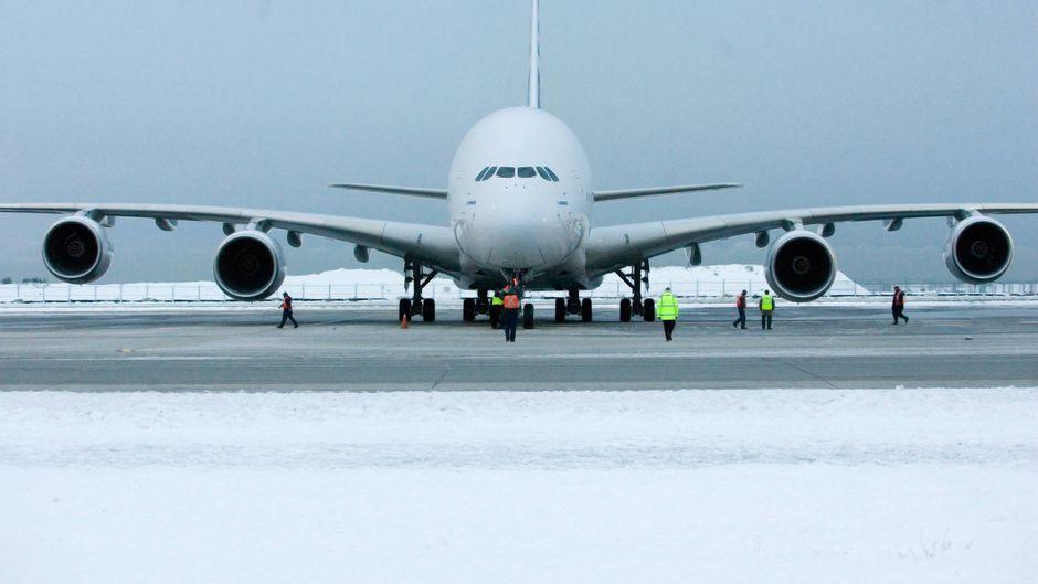 A380 bei Schnee auf dem Rollfeld.