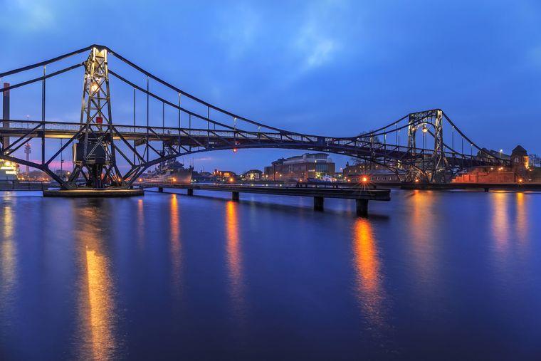 Die Kaiser-Wilhelm-Brücke, eine Straßendrehbrücke, ist das Wahrzeichen der Stadt Wilhelmshaven.