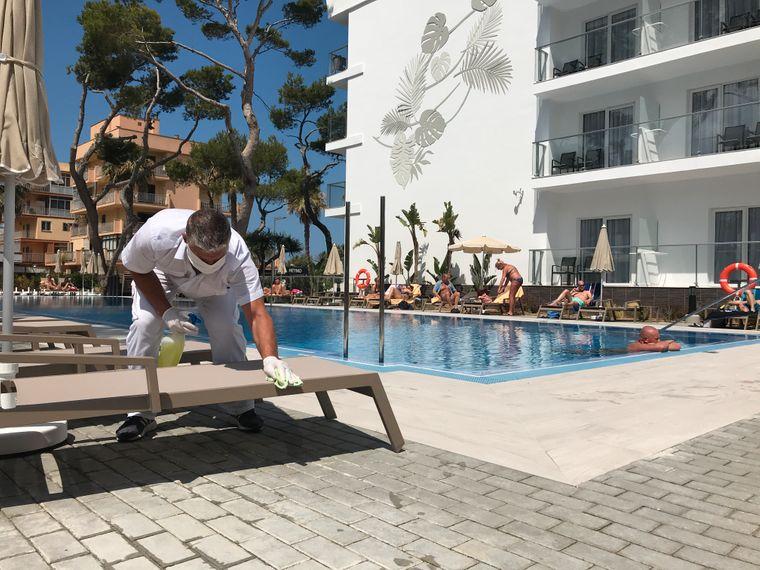 Die Liegen am Pool des Hotels Riu Bravo an der Playa de Palma werden nach jeder Nutzung für 15 Minuten gesperrt und desinfiziert.