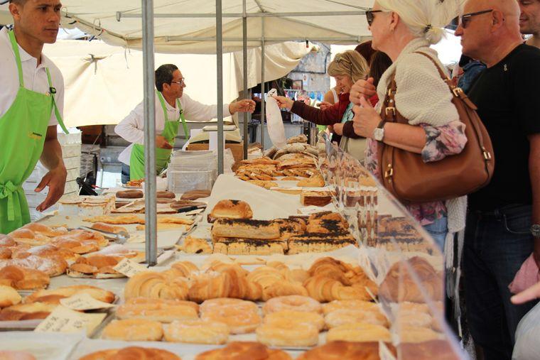Von süß bis deftig: Neben Zuckergebäck bieten die örtlichen Bäcker auch Bocadillos an. Das sind Sandwiches, die meist mit Schinken oder Chorizo belegt werden.