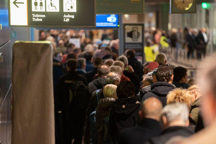 Bereits am frühen Morgen bilden sich lange Schlagen vor der Sicherheitskontrolle in Hamburg.