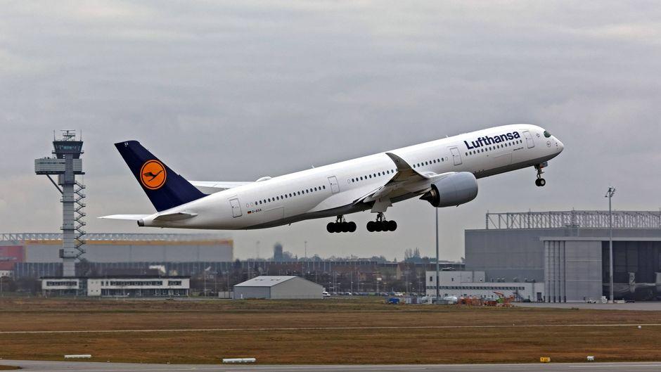 Ein Flugzeug der Lufthansa am Flughafen Leipzig/Halle.