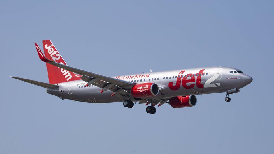 Ein Flugzeug von Jet2 am Himmel.