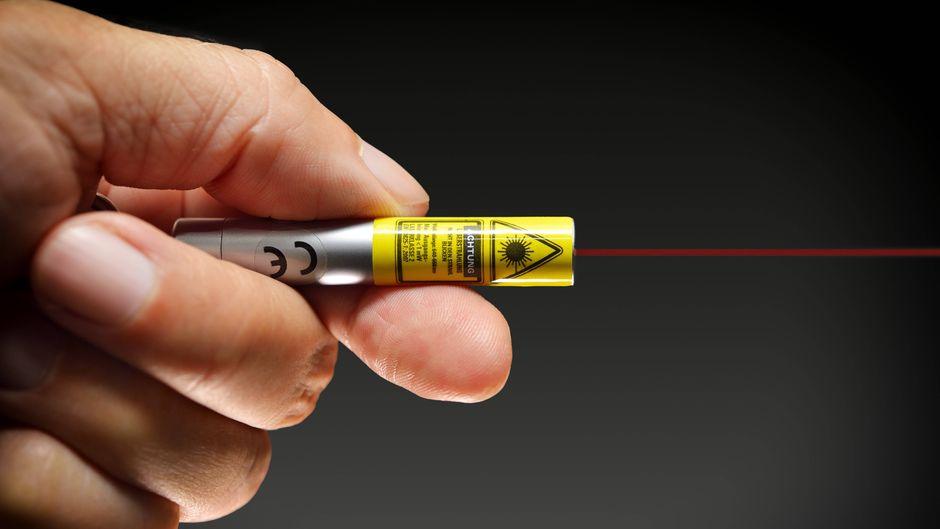 Hand mit Laserpointer.